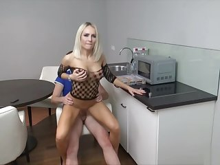 Junge Einsame Ehefrau fickt den Pizzaboten in Kuche Deutsch