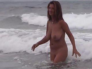 Gorgeous Milf on the beach round boyfriend